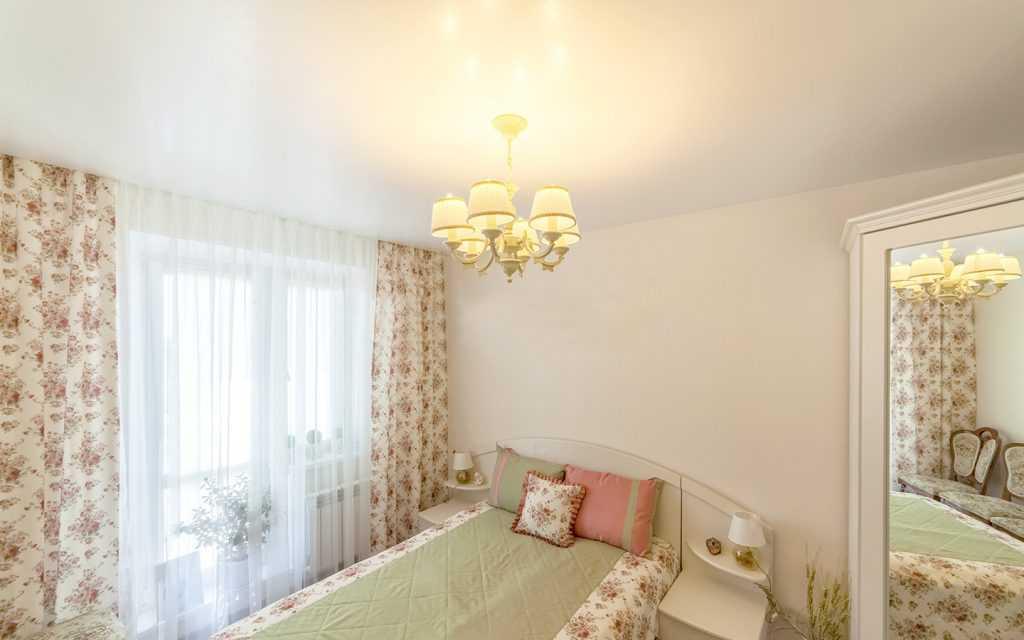 Сатиновый натяжной потолок в спальне - фото работ